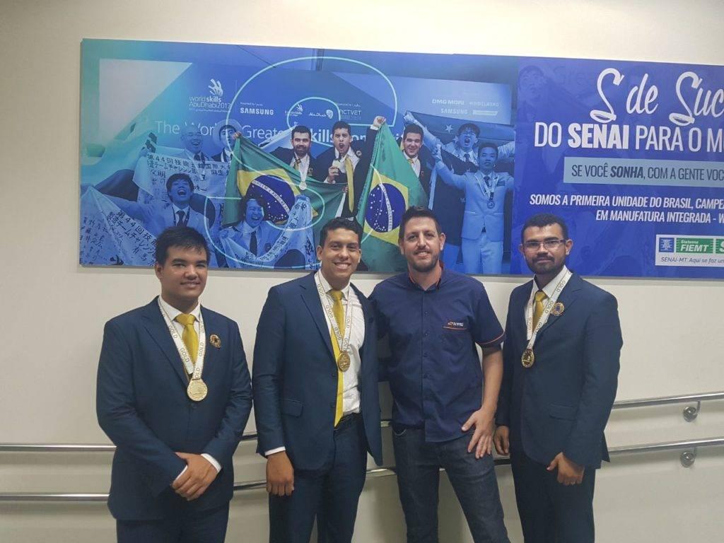 Nosso Coordenação de Produção Iduan Borges com a equipe do SENAI